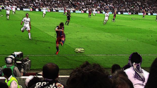 577_Messi_balonazo_Bernabeu_grada